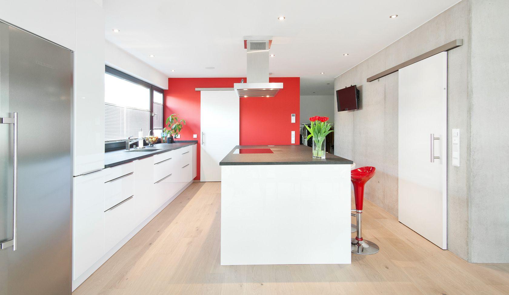 Naturstein Küche in weiß mit Kochinsel, roten Akzenten und ...