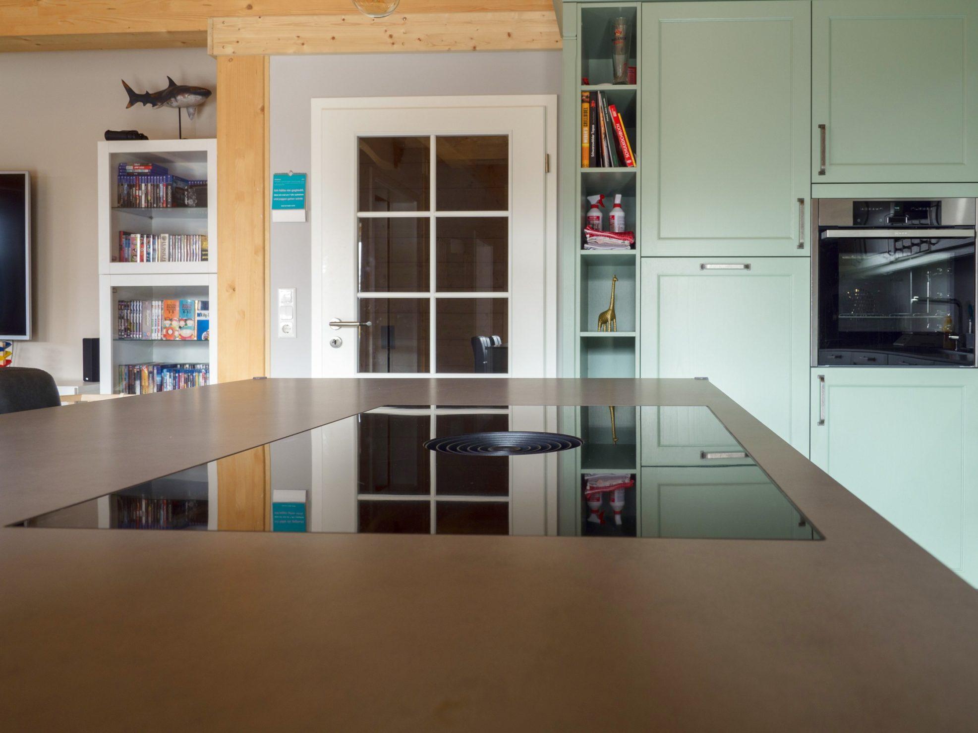 Kuechenhaus Thiemann Offene Landhaus Kueche Pastellgruen Keramikarbeitsplatte Neff Geraeten Bora Kochfeld 13