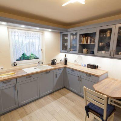 Vorratsschrank Küche landhaus küche blau mit spezieller holzmaserung furnierarbeitsplatte