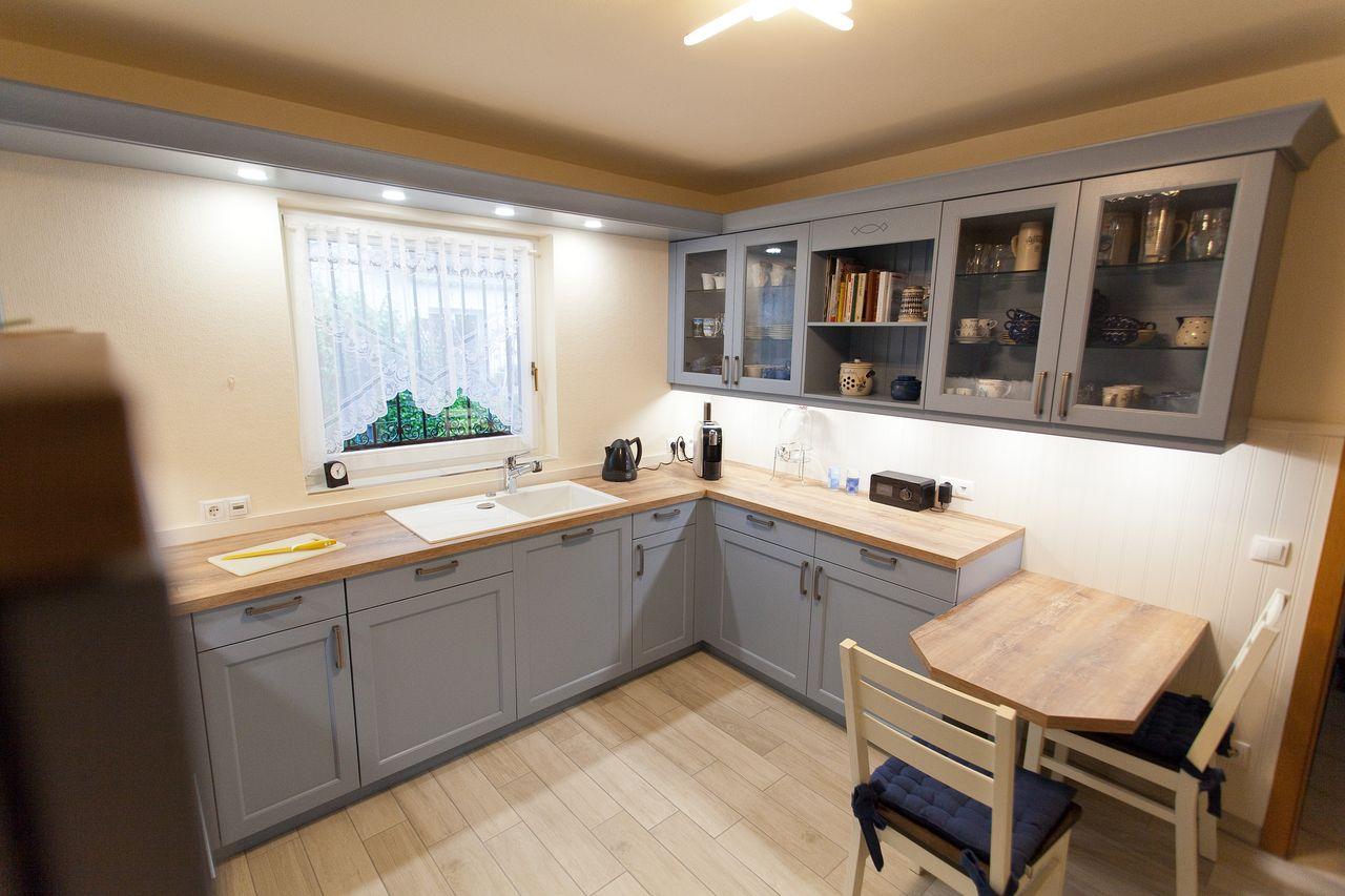landhaus k che blau mit spezieller holzmaserung. Black Bedroom Furniture Sets. Home Design Ideas
