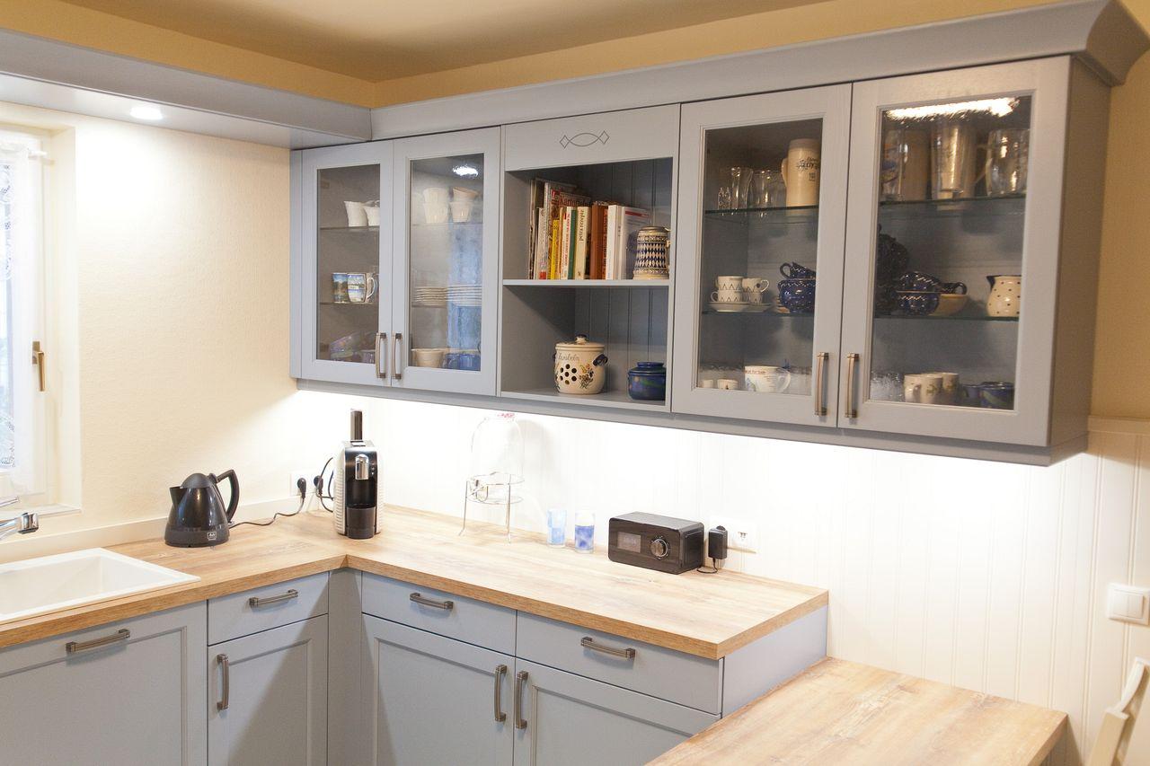 Landhaus Küche blau mit spezieller Holzmaserung ...