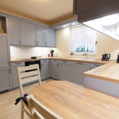 Landhaus küche blau mit spezieller holzmaserung furnierarbeitsplatte vorratsschrank küchenhaus thiemann overath vilkerath