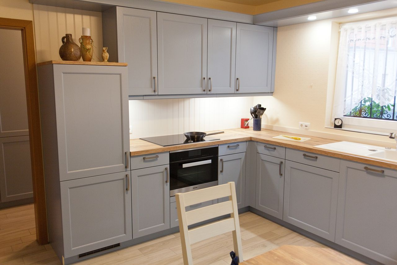 landhaus k che blau mit spezieller holzmaserung furnierarbeitsplatte vorratsschrank. Black Bedroom Furniture Sets. Home Design Ideas