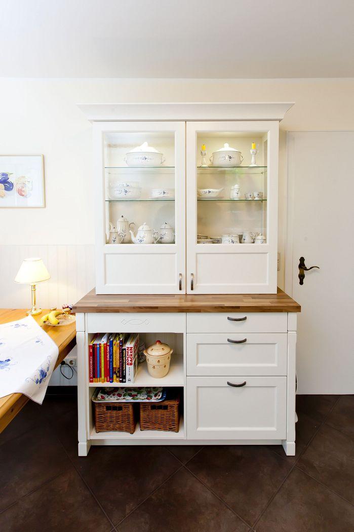 wei e landhausk che mit holzarbeitsplatte und ganz viel. Black Bedroom Furniture Sets. Home Design Ideas