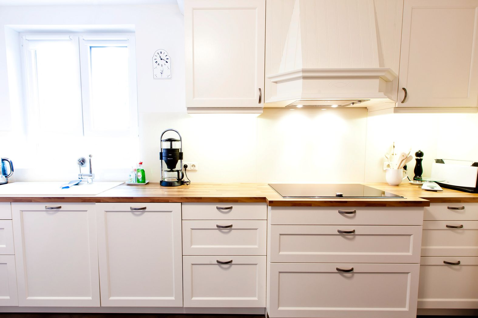Weiße landhausküche mit holzarbeitsplatte und ganz viel charme ...