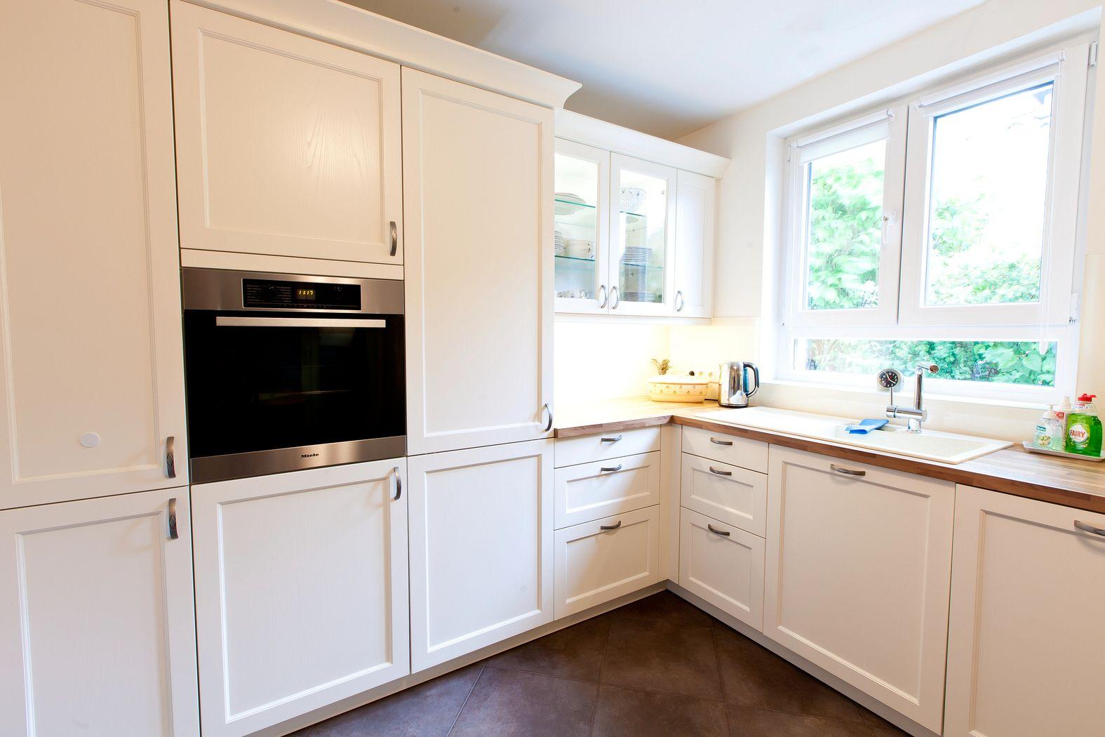 Weiße landhausküche mit holzarbeitsplatte und ganz viel charme
