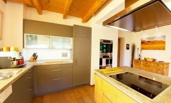 landhaus-kueche-klassik-granit-naturstein-holz_1