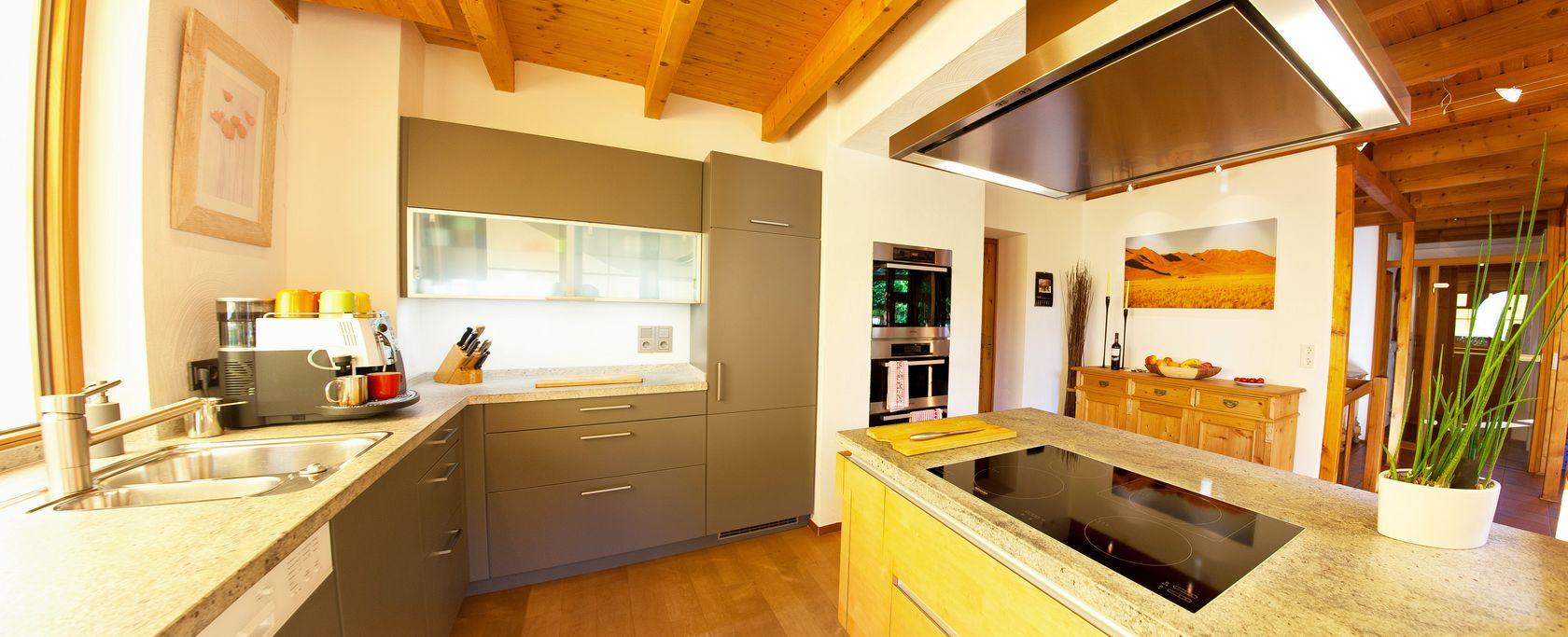 warme landhausk che mit holzfronten und naturstein arbeitsplatte k chenhaus thiemann overath. Black Bedroom Furniture Sets. Home Design Ideas