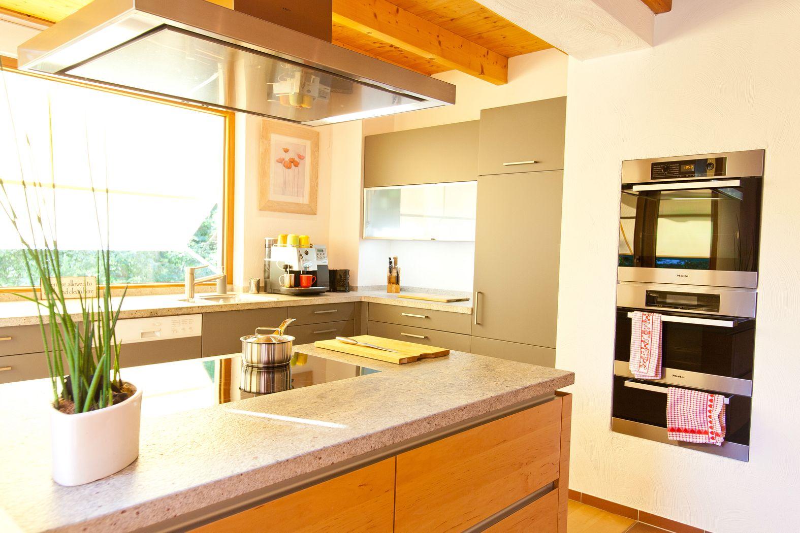 warme landhausk che mit holzfronten und naturstein. Black Bedroom Furniture Sets. Home Design Ideas