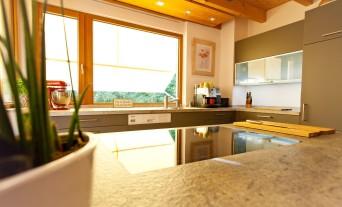 landhaus-kueche-klassik-granit-naturstein-holz_39