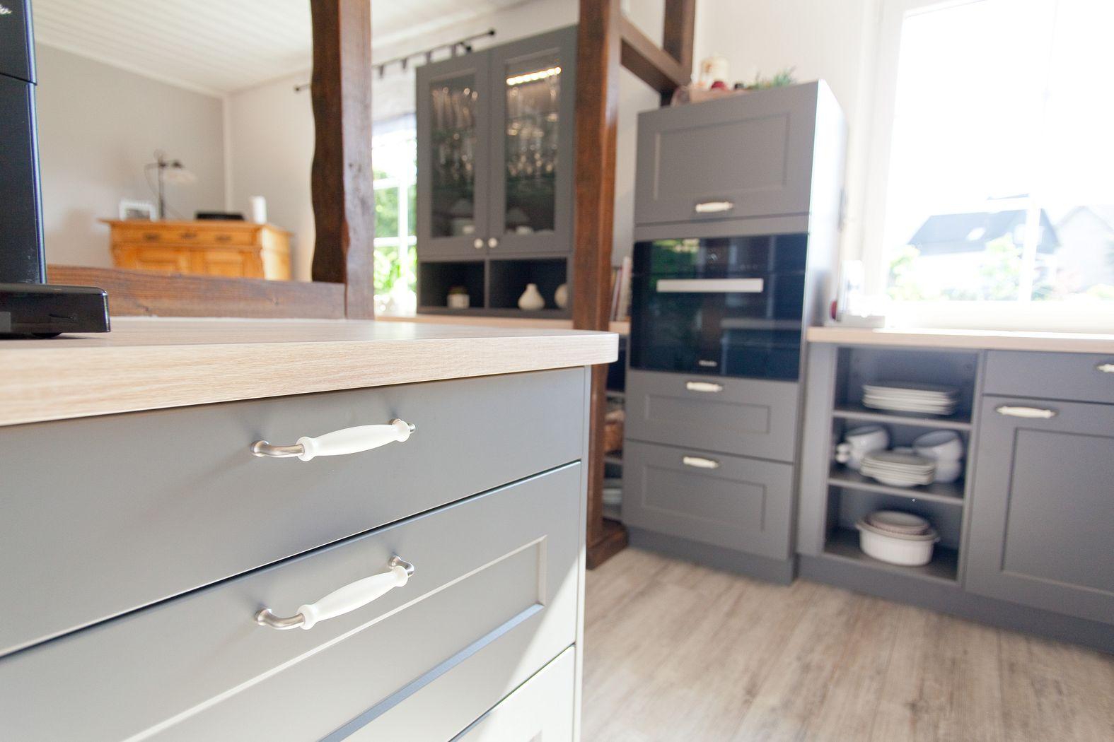 Holzmöbel modern  Landhausküchen im modernen Wohnumfeld ✓ Küchenhaus Thiemann ⇒