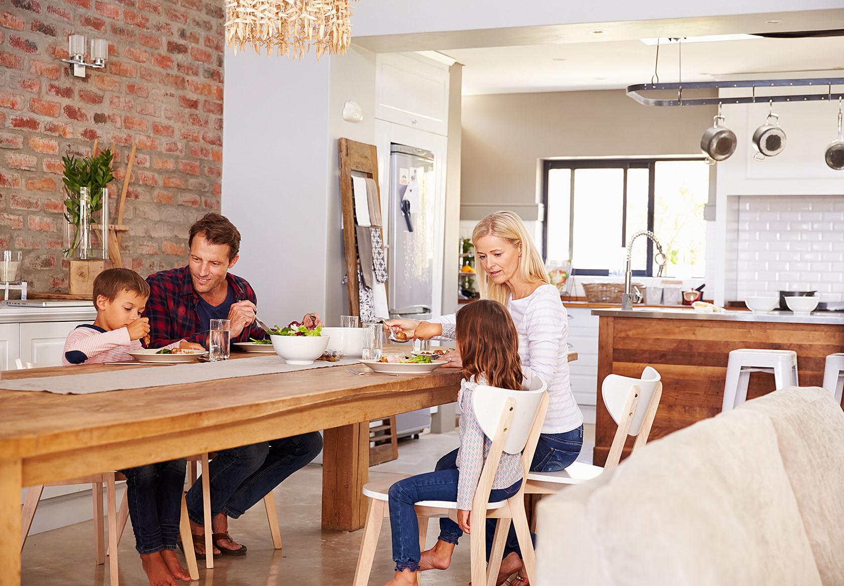landhaus-kueche-planen-familie-essen-kochen