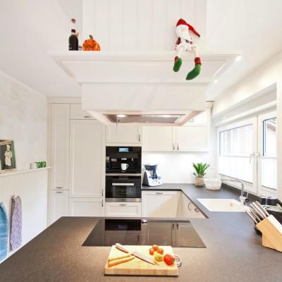 landhaus-kueche-weiss-modern-naturstein_19