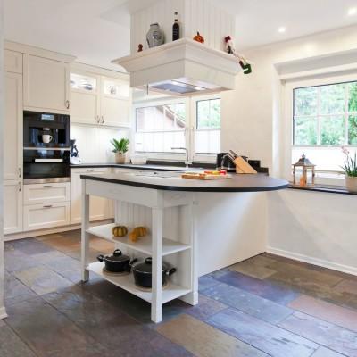 Kücheninsel landhausstil  Helle klassische Landhausküche mit Kochinsel und verkleideter ...