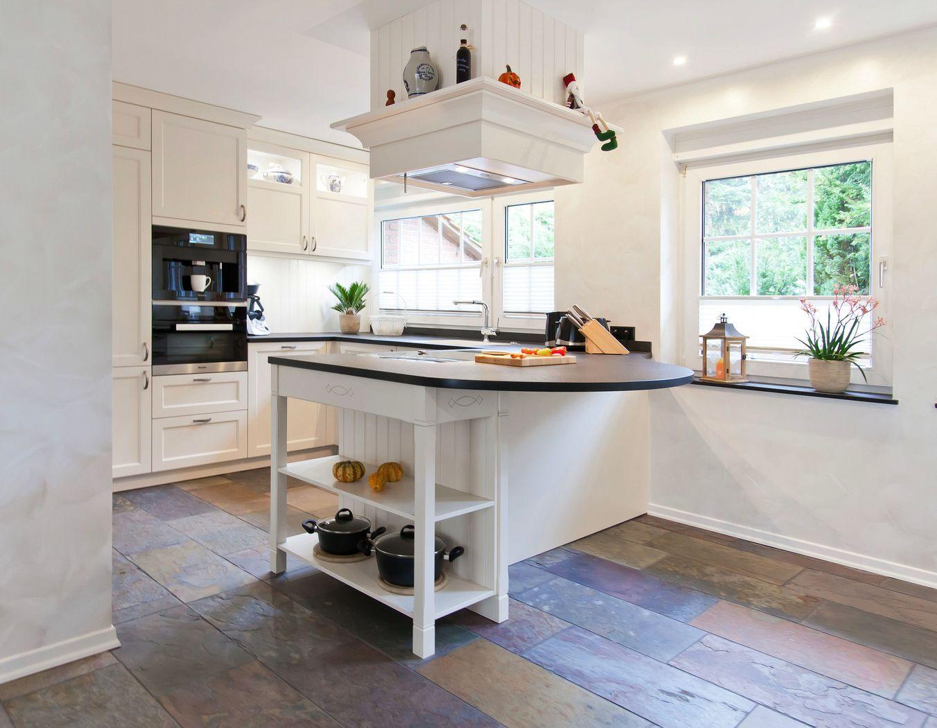 helle klassische landhausk che mit kochinsel und. Black Bedroom Furniture Sets. Home Design Ideas