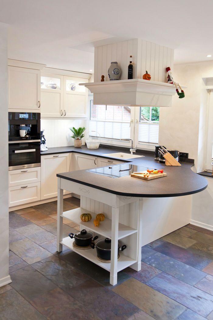 Helle klassische Landhausküche mit Kochinsel und verkleideter ...