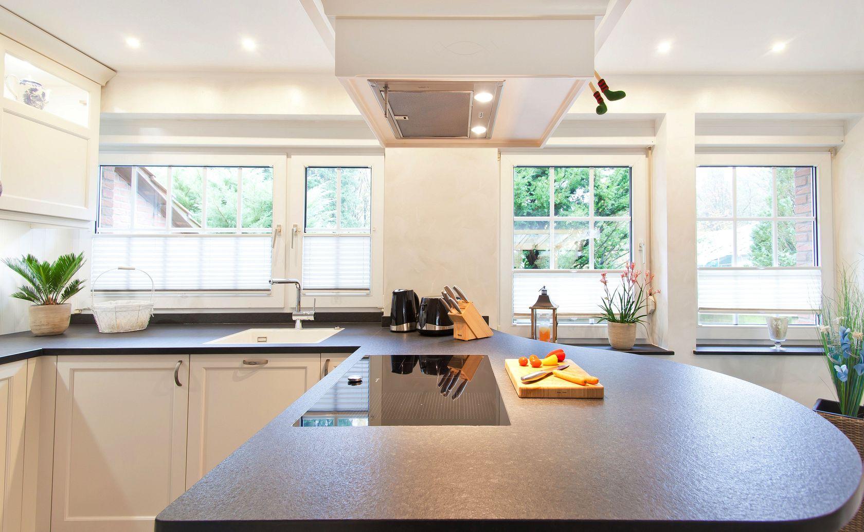 Landhausküchen mit kochinsel  Helle klassische Landhausküche mit Kochinsel und verkleideter ...