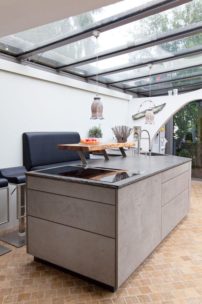 leicht k che mit grauwacke arbeitsplatte und k chenfronten in beton optik k chenhaus thiemann. Black Bedroom Furniture Sets. Home Design Ideas