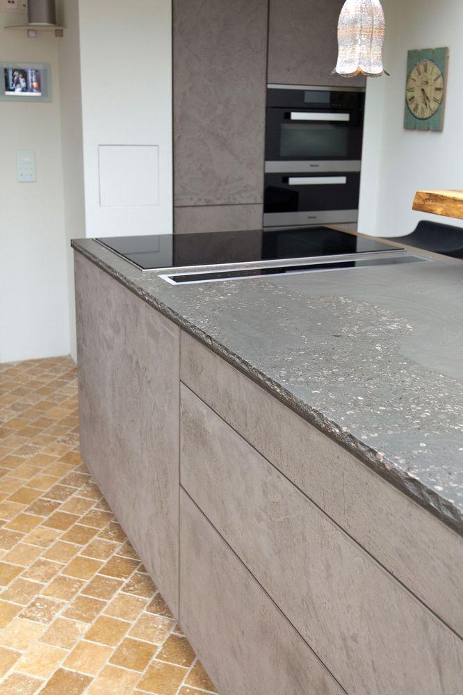 Leicht Küche mit Grauwacke Arbeitsplatte und Küchenfronten in Beton ...
