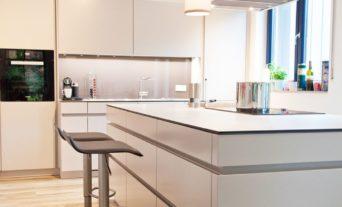 Leicht küchen grifflos  Leicht Küche grifflos in grau mit riesiger Kochinsel - Küchenhaus ...