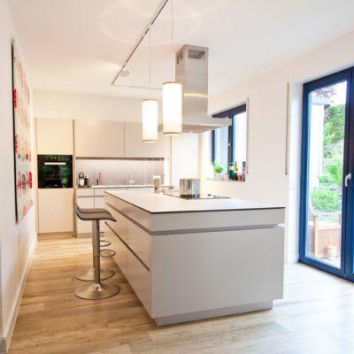 Leicht Küche grifflos in grau mit riesiger Kochinsel - Küchenhaus ...