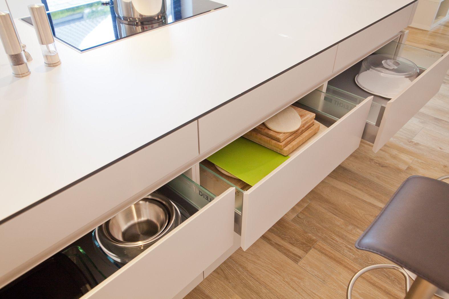 Leicht Küche grifflos in grau mit riesiger Kochinsel - Küchenhaus ... | {Leicht küchen grifflos 27}