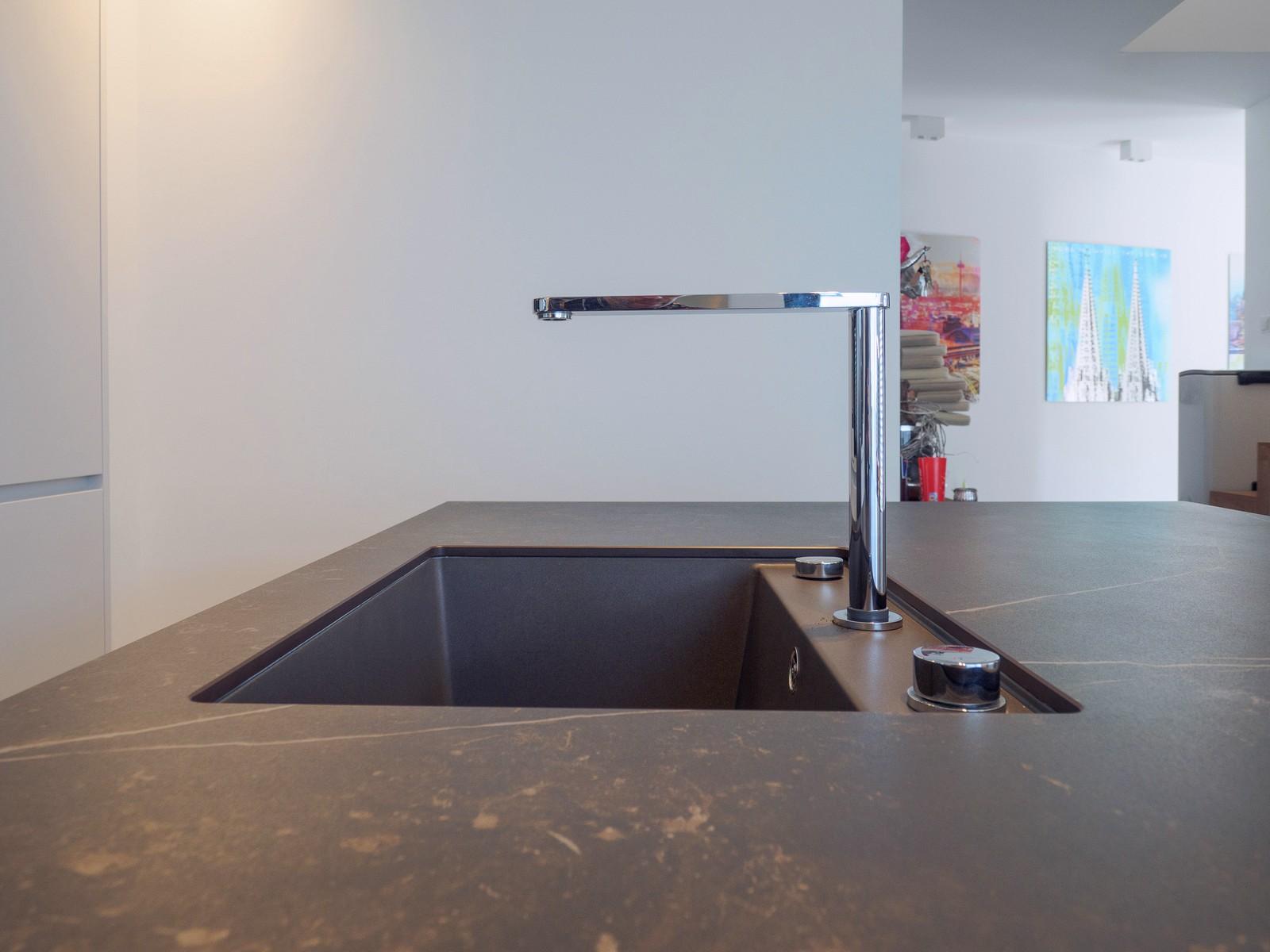 Leicht Kueche Grifflos Weiss Beton Fronten Arbeitsplatte Keramik Miele Elektro Kochmuldenluefter 3