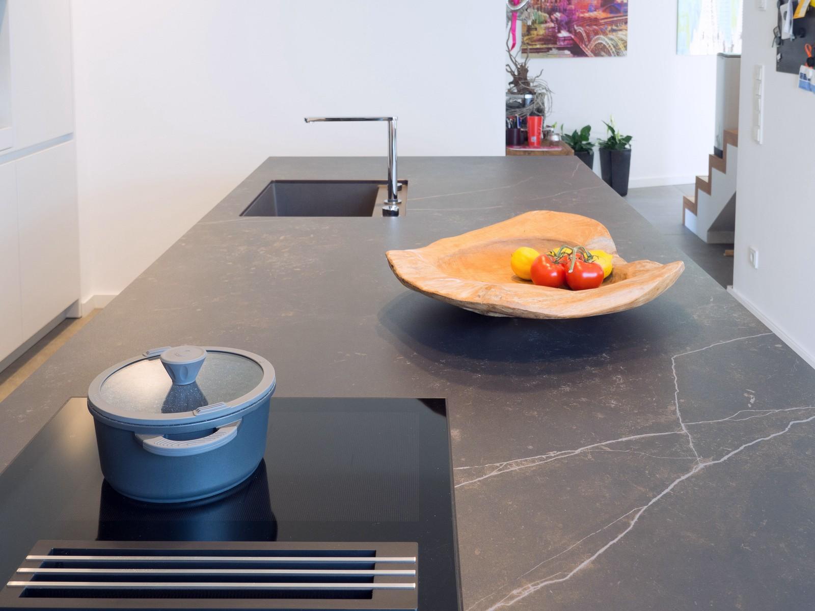 Leicht Kueche Grifflos Weiss Beton Fronten Arbeitsplatte Keramik Miele Elektro Kochmuldenluefter 5