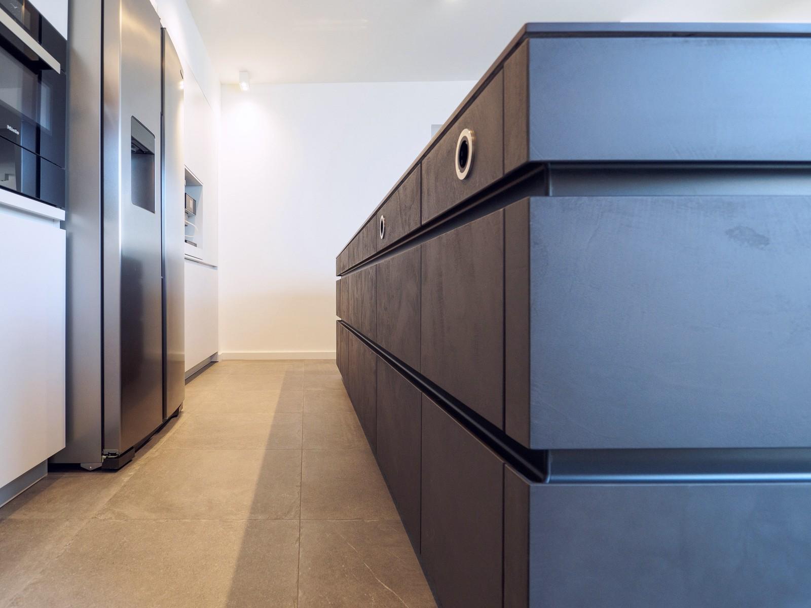 Leicht Kueche Grifflos Weiss Beton Fronten Arbeitsplatte Keramik Miele Elektro Kochmuldenluefter 8