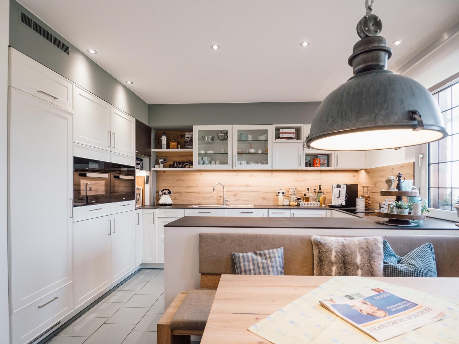 Leicht Küche mit Keramik Arbeitsplatte & Miele Geräten, Rückwand in ...
