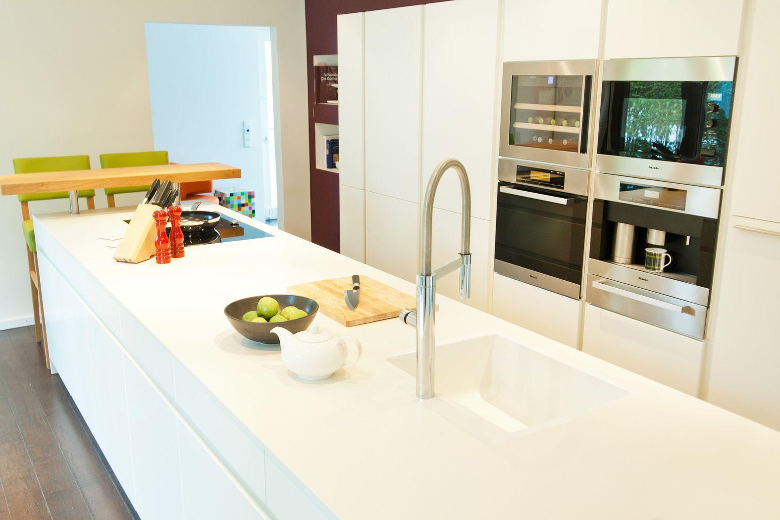 Leicht küchen weiß  Leicht Küche Hochglanz Weiß grifflos mit ausfahrbarem Fernseher ...