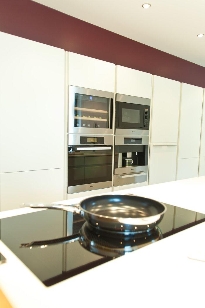 Leicht Küche Hochglanz Weiß grifflos mit ausfahrbarem Fernseher ... | {Leicht küchen weiß 46}