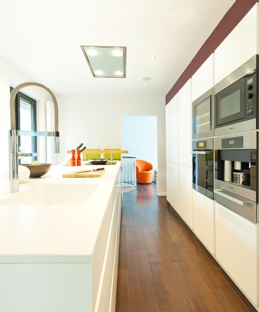 leicht k che hochglanz wei grifflos mit ausfahrbarem fernseher und miele ger ten k chenhaus. Black Bedroom Furniture Sets. Home Design Ideas