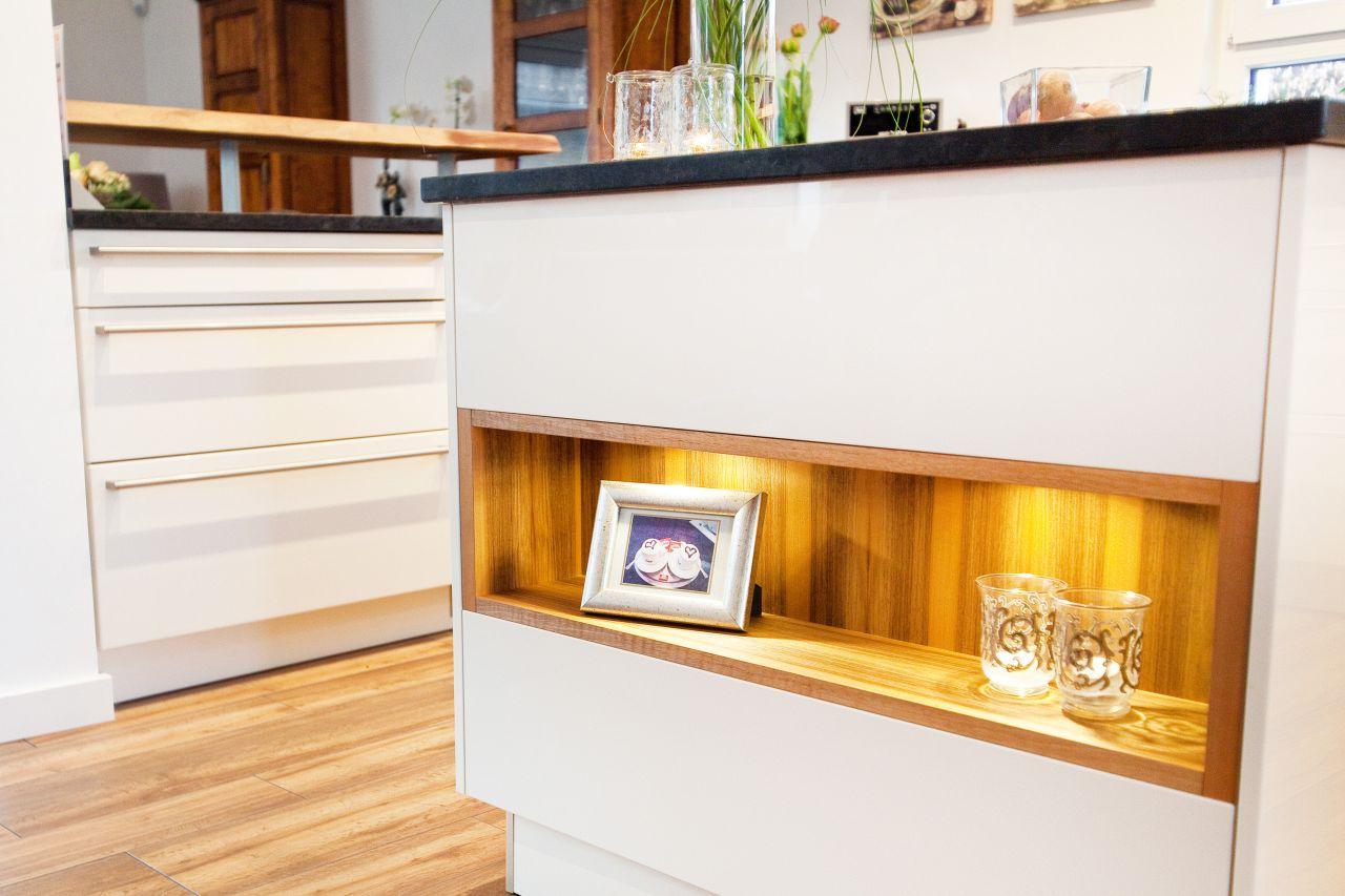 theke kochinsel und moderne technik zusammen mit wei en fronten in landhaus optik k chenhaus. Black Bedroom Furniture Sets. Home Design Ideas
