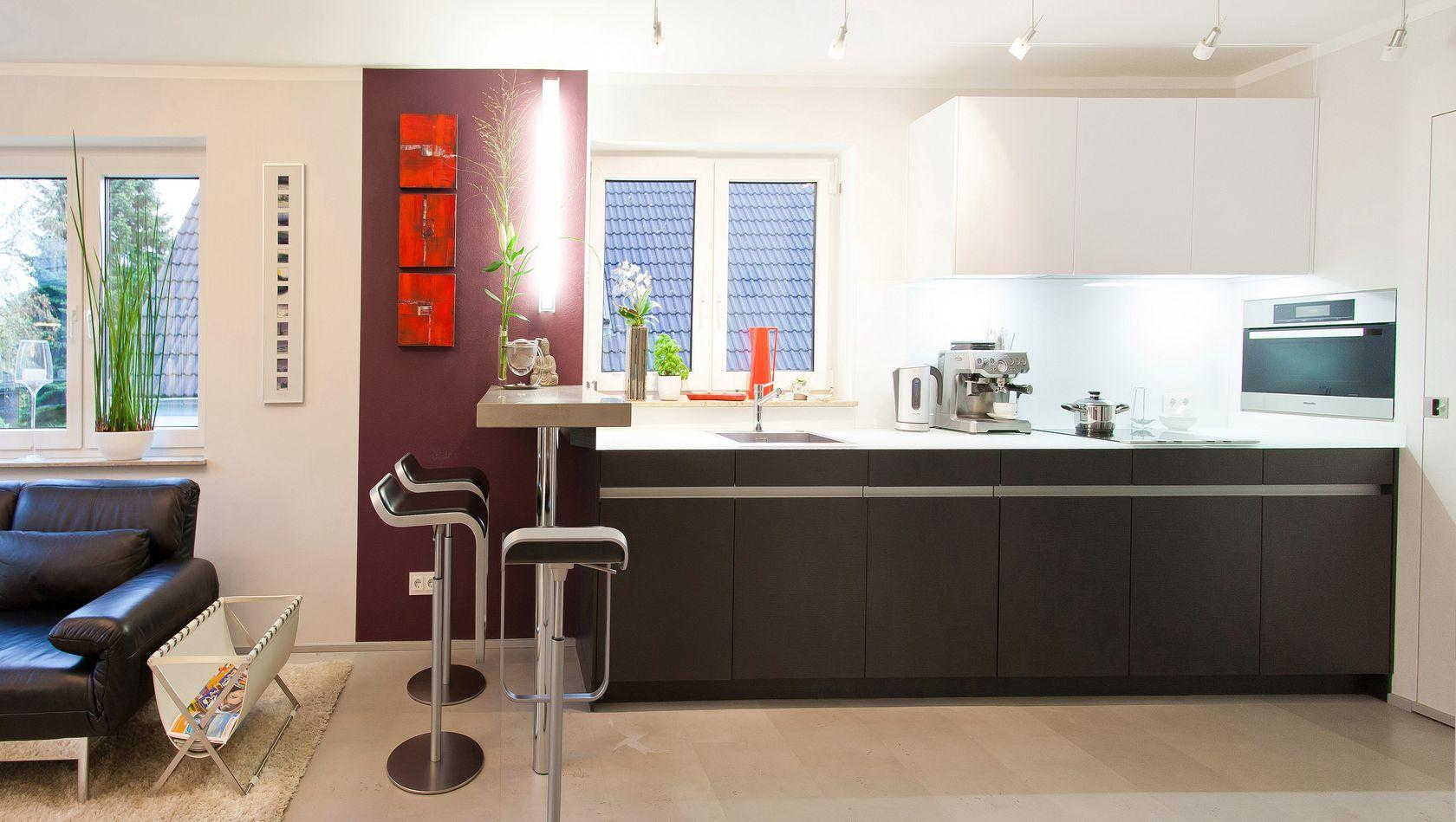 Moderne leicht küche mit glas arbeitsplatte und theke   küchenhaus ...