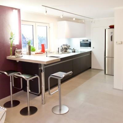 moderne leicht k che mit glas arbeitsplatte und theke. Black Bedroom Furniture Sets. Home Design Ideas