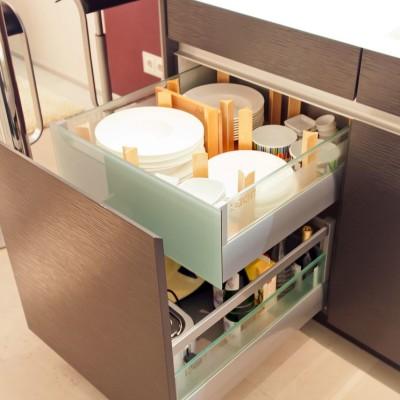 modern-kueche-glas-arbeitsplatte-grifflos-kuechenzeile_4