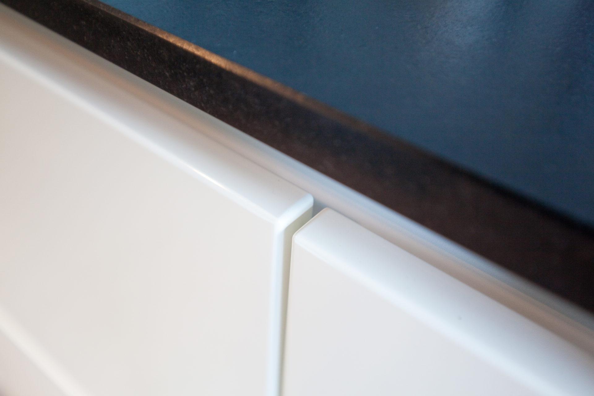 Moderne Hochglanz-Küche in weiß mit Kücheninsel, Bora ...
