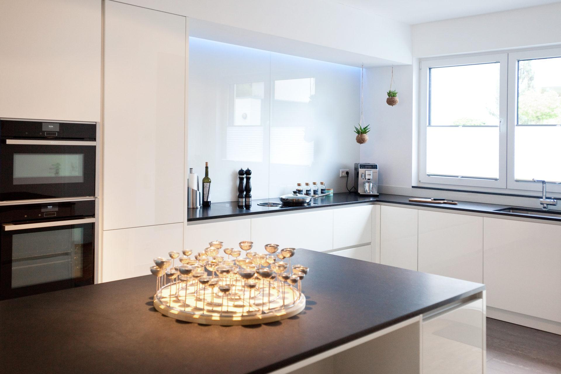 moderne hochglanz k che in wei mit k cheninsel bora kochfeld und neff ger ten k chenhaus. Black Bedroom Furniture Sets. Home Design Ideas