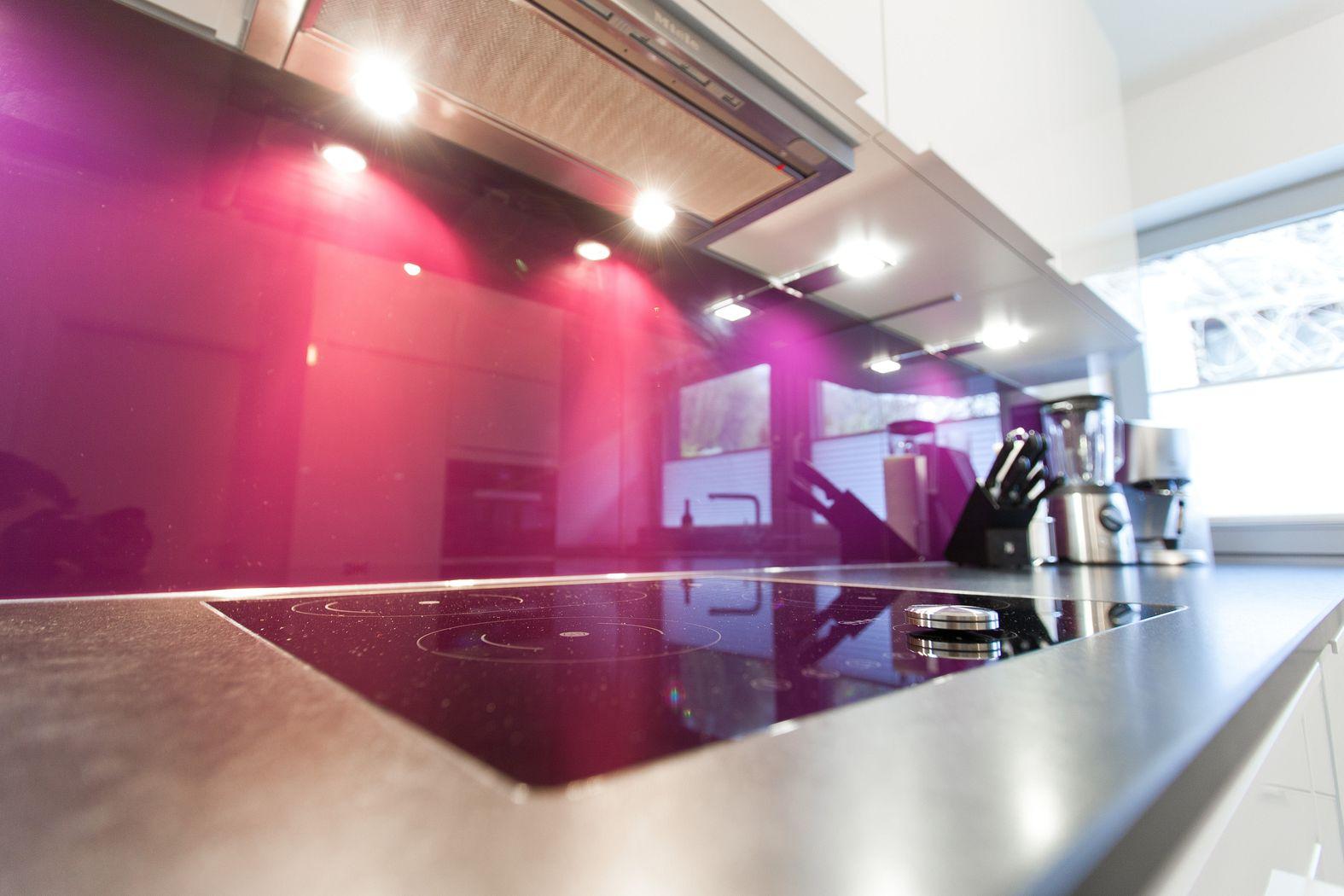 Weiße U-Küche hochglanz mit LeMans Auszügen und Natursteinplatte ...