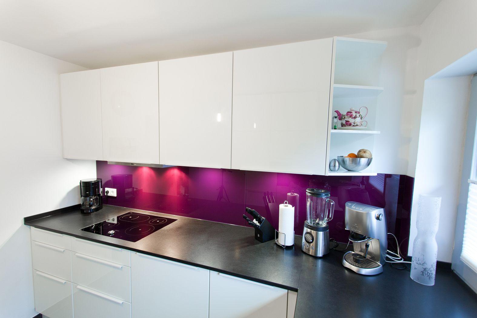 weiße u-küche hochglanz mit lemans auszügen und natursteinplatte, Hause ideen