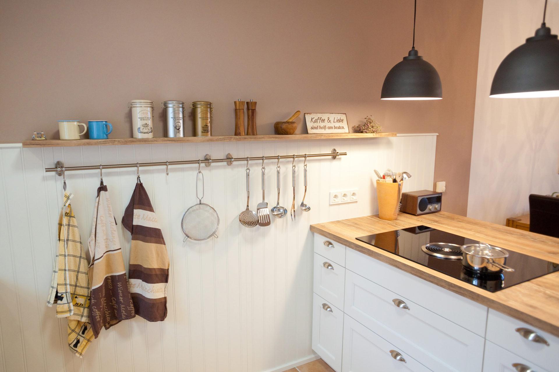 moderne landhausk che in wei von h cker k chen mit kochinsel bora kochfeld und neff. Black Bedroom Furniture Sets. Home Design Ideas