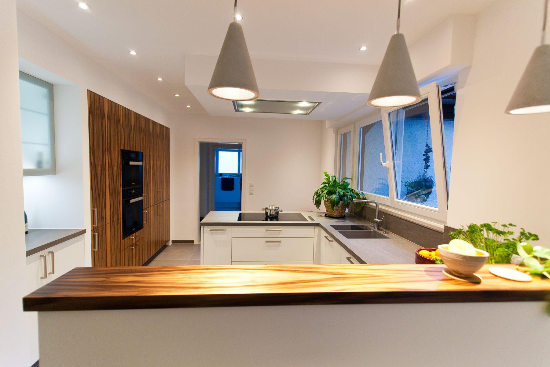 naturstein u-form küche weiß mit besonderen holzfronten