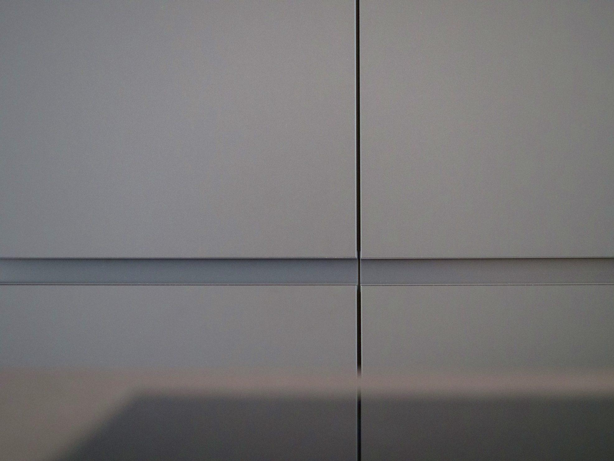 Offene Wohnkueche Carbongrau Grifflos Dekton Keramikarbeitsplatte Bora Kochfeld Miele Einbaugeraete Nischenrueckwand Gefertigt Schreinerei Eiche Parkett 5