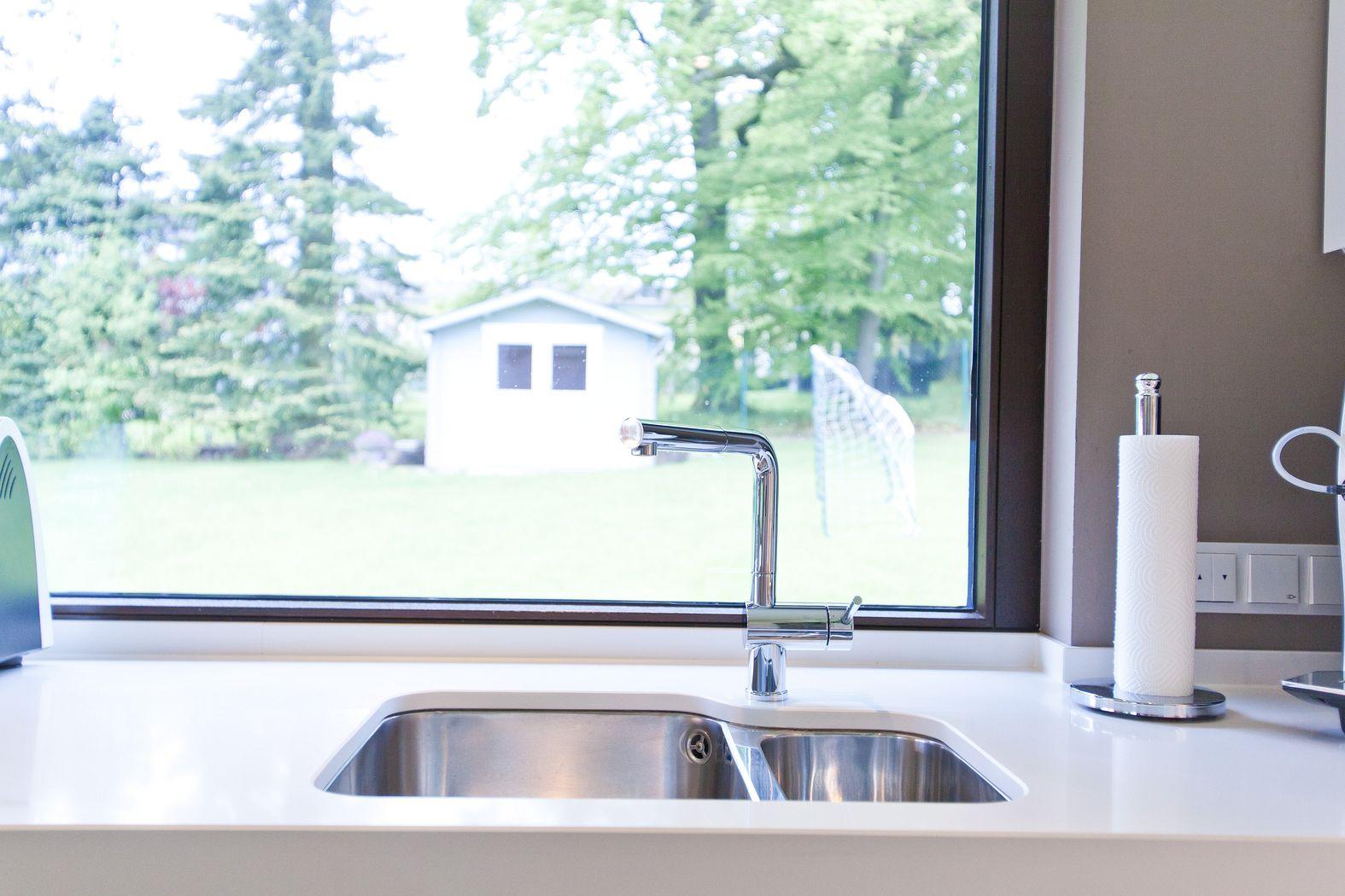Moderne hochglanz küche in weiß mit miele geräten   küchenhaus ...