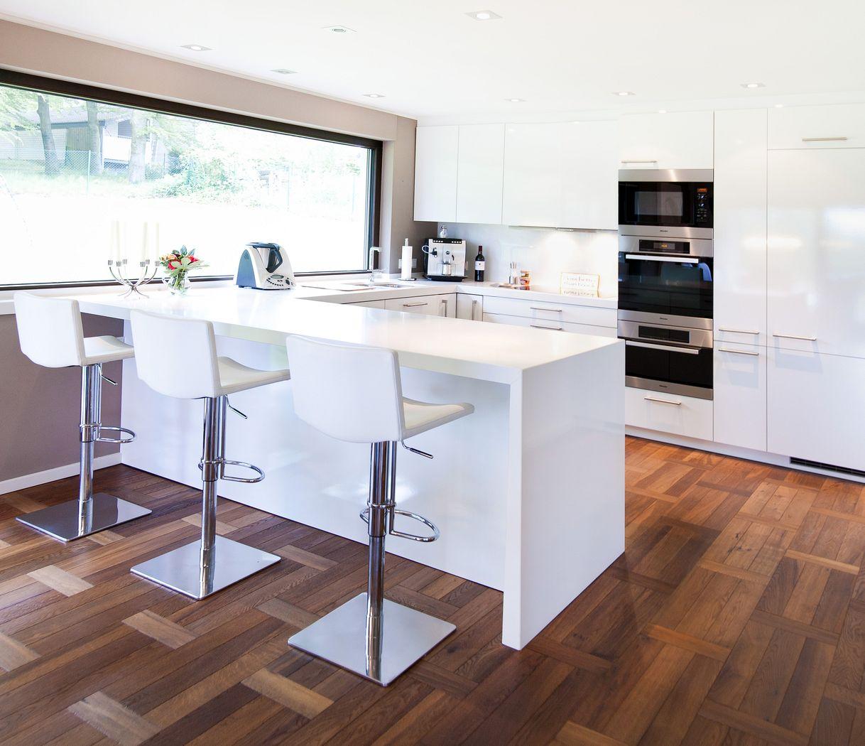 moderne hochglanz k che in wei mit miele ger ten k chenhaus. Black Bedroom Furniture Sets. Home Design Ideas