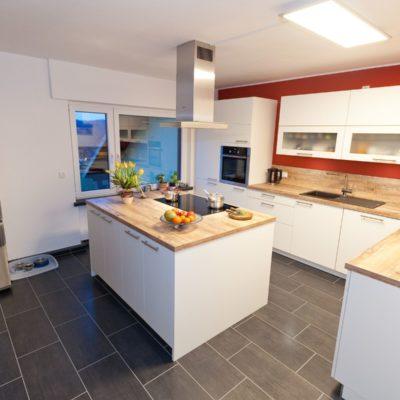 Weiße holz küche mit kochinsel viel stauraum und schubladen mit griffen küchenhaus thiemann overath vilkerath