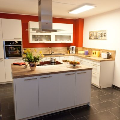Weiße Holz-Küche Mit Kochinsel, Viel Stauraum Und Schubladen Mit