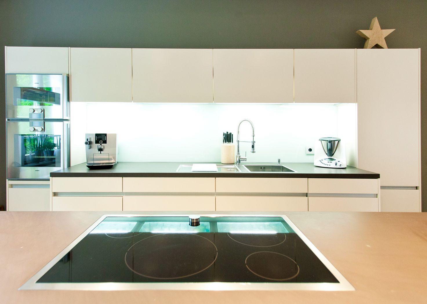 Weiße küche leicht grifflos grauwacke mit gaggenau geräten ...