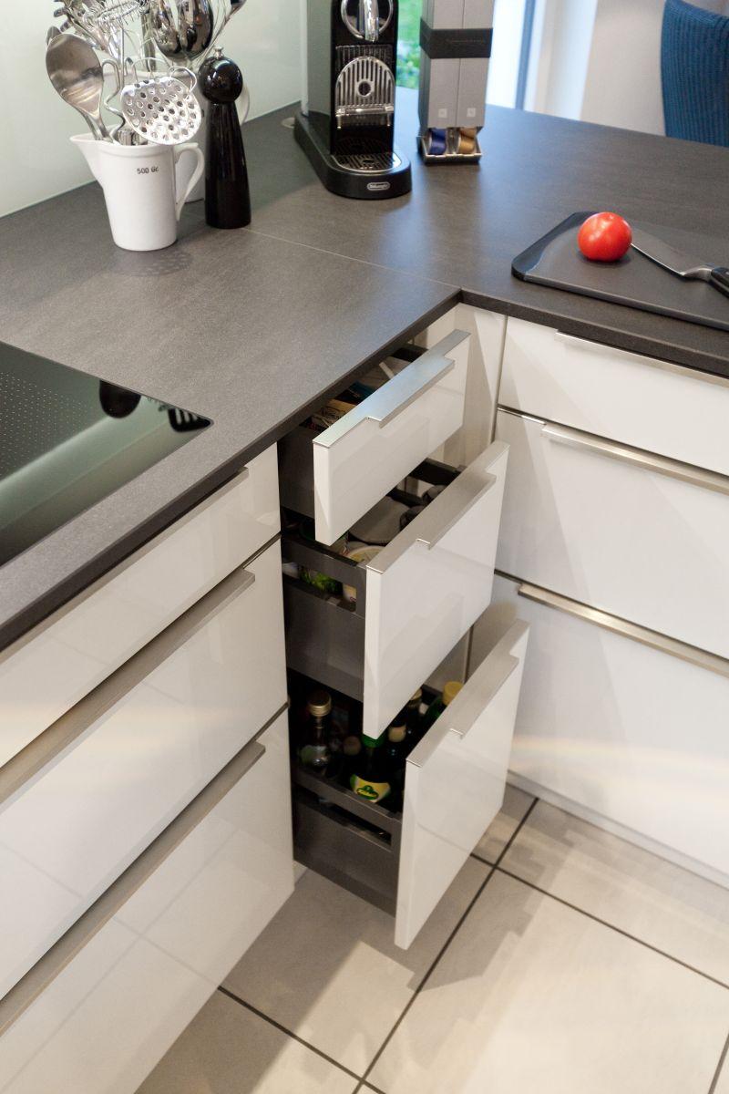 zeitlose h cker k che in wei mit granit arbeitsplatte und berbel dunstabzug k chenhaus. Black Bedroom Furniture Sets. Home Design Ideas